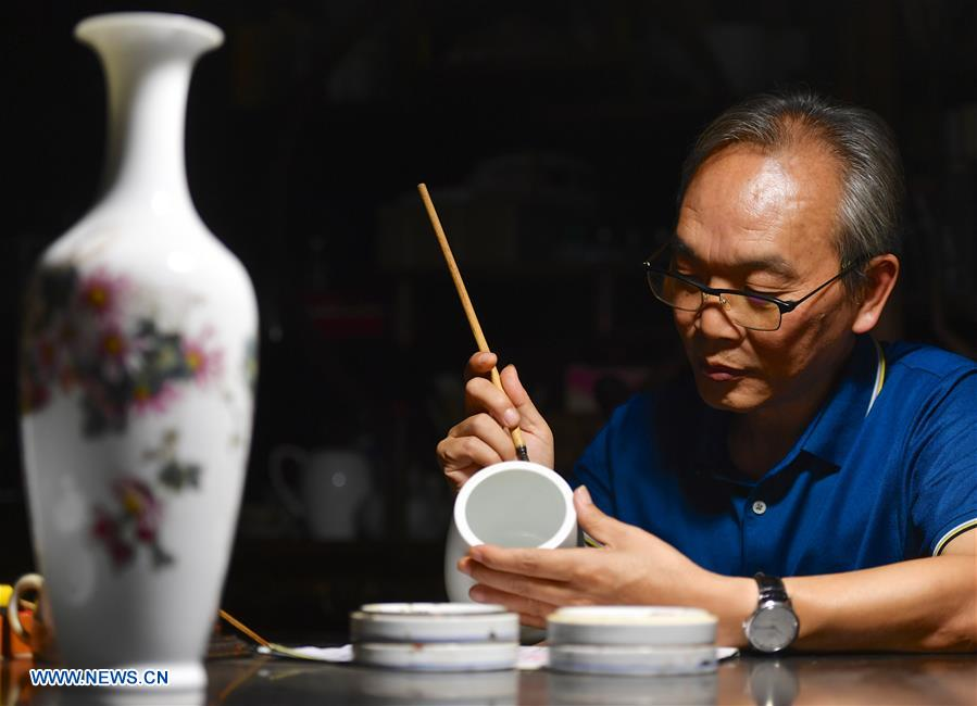 (MASTEROFCRAFTS)CHINA-JIANGXI-JINGDEZHEN-PORCELAIN PAINTING-INHERITOR (CN)