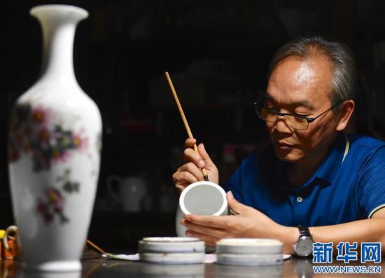 (图片故事)(1)陶瓷艺人毛光辉:丹青妙手绘匠心