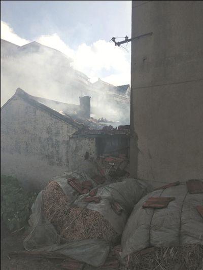海门居民厨房突发大火 消防员抱起气罐往外冲