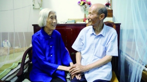 镇江耄耋夫妻为彼此理发70年:来生还做夫妻