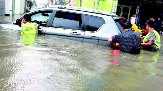 枣庄、临沂两地下暴雨 村民为救援人员撑起爱心伞