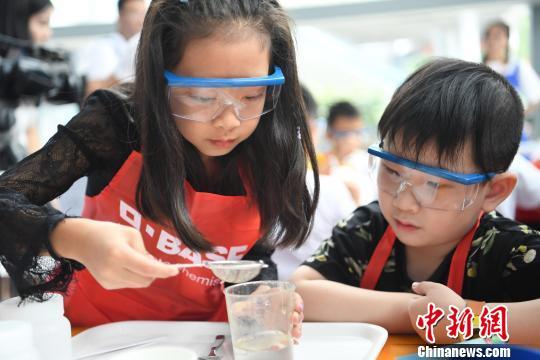 """""""小小化学家""""重庆站启动:倡导健康饮食、塑料分类"""