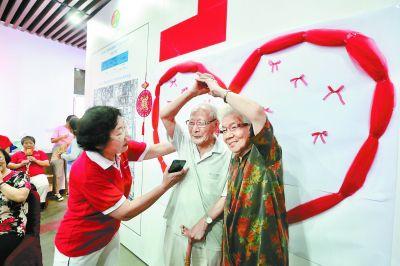 北京15对金婚夫妇在中国邮政邮票博物馆共度七夕