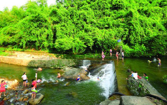 市民在罗浮山山涧洗七夕溪水。     惠州日报记者王建桥 摄
