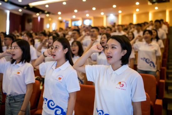 大学生志愿者在出征仪式上宣誓(8月6日摄)。