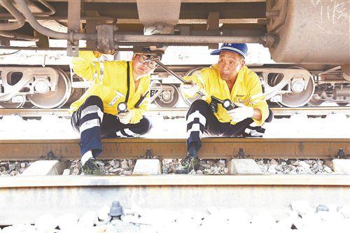 徐州高温下的铁路检修员 一天要走10多公里