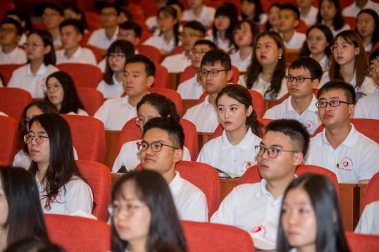 大学生志愿者在出征仪式上(8月6日摄)。