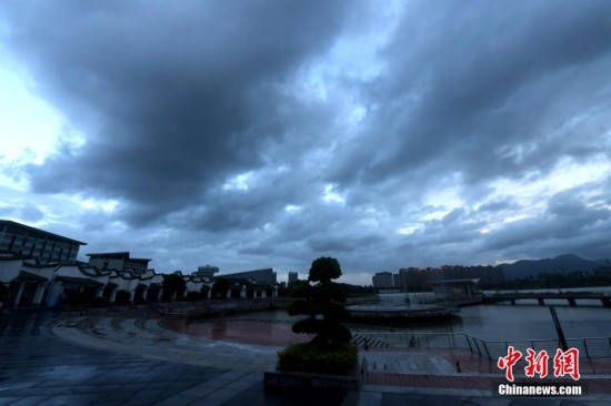 """超强台风""""利奇马""""逼近 福州上空乌云密布"""