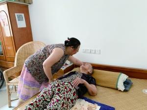 常州儿媳照顾96岁婆婆 17年没出过一次远门