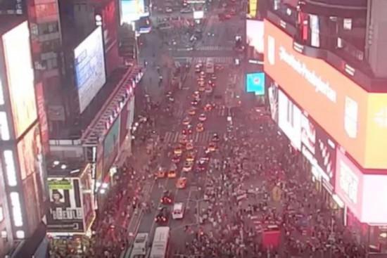 摩托车回火声引恐慌纽约时代广场人群四处奔逃