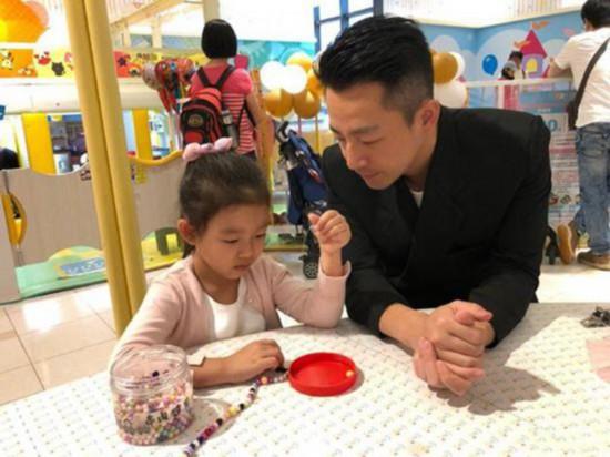 汪小菲父亲节获儿女贴心送礼:此刻我是最幸福的人