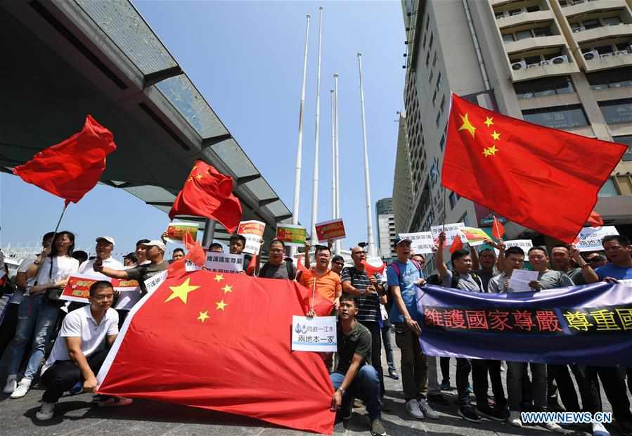 Hong Kong residents gather to express reverence to Chinese
