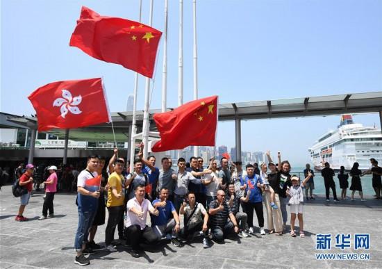 (图文互动)特写:香港市民自发集会守护五星红旗