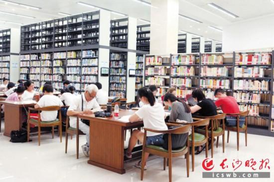 """暑期,市民争相到長沙圖書館看書""""充電""""。長沙晚報通訊員 李波 供圖"""