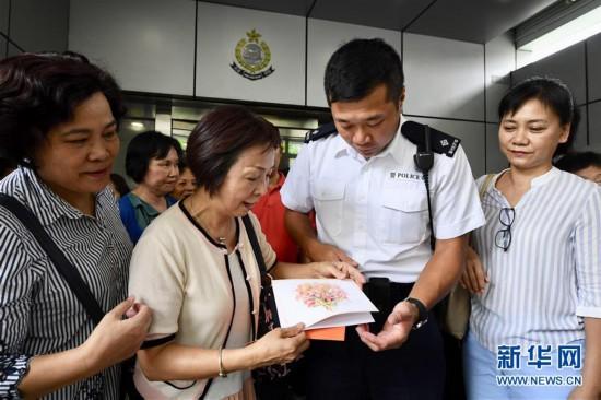 """(图文互动)(1)特写:""""阿sir加油""""――香港市民自发集会支持警方"""