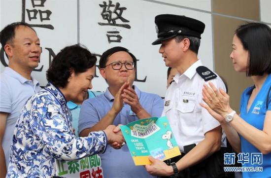 """(图文互动)(2)特写:""""阿sir加油""""――香港市民自发集会支持警方"""