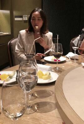 王棠云撇下余文乐为闺蜜庆生 吃相优雅获好评