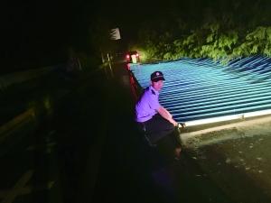 屋顶被吹到公路上 南通海门民警风雨中提醒过路人