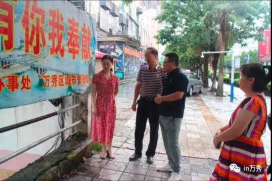 陈刚到东兴街道协调解决天桥护栏问题
