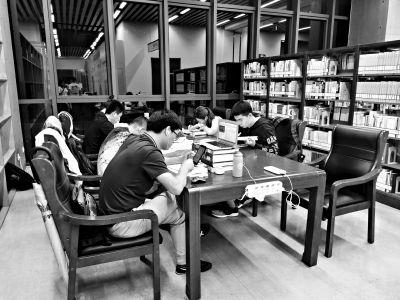 北京图书馆开夜间阅读时段夜读人:读书忘了关门时间