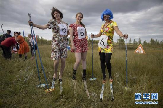 (国际)(1)花裙高跟鞋 滑越沼泽地