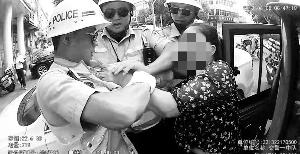 宿迁沭阳女子打交警4个人都拉不住 交警报警