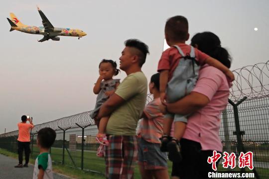 """pk10两期必中计划软件手机版式,东航上海迪士尼""""达菲""""主题飞机抵达上海"""