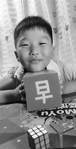 苏州10岁神奇小子无师自通 用魔方秒拼百家姓