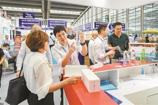 第五届华人华侨产业交易会在深开幕