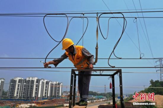昌赣高铁开通在即 航拍酷暑下作业的接触网工人