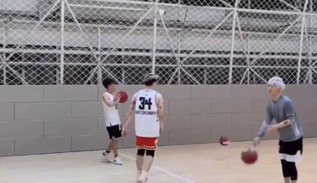 范丞丞晒打篮球视频扎小辫投篮暴扣步伐灵活