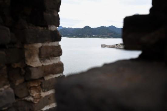 这是位于河北省宽城满族自治县潘家口水库的古长城(8月13日摄)。