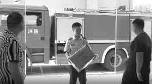 救援起火快遞車發現自己包裹 常州消防員收到全國30多件零食快遞