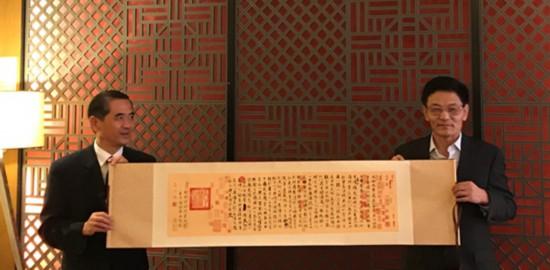 中国驻古晋总领事最本foganglao地程广中(右)会见杜德昌主任