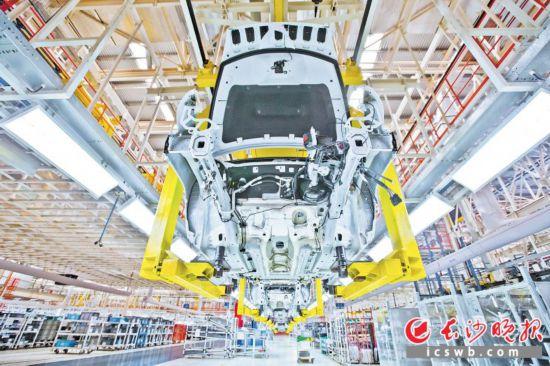 """为应对汽车行业低迷形势,广汽菲克创新销售服务方式,于近日推出了Jeep品牌""""30天无忧退换""""质量保障政策。图为广汽菲克生产车间。长沙晚报通讯员 刘晓东 摄"""