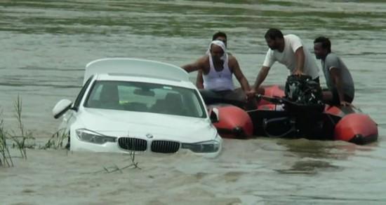 印度一男子����R�推入河中抗�h父母�]送捷豹