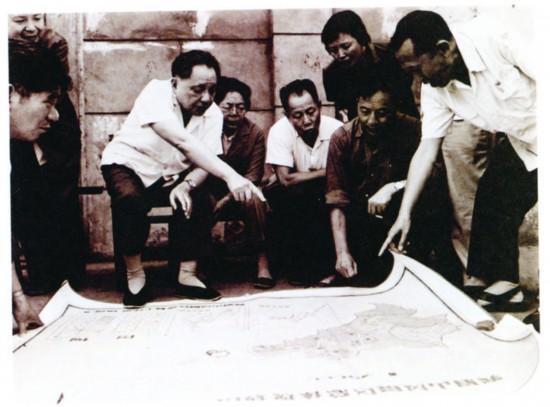 1980年7月6日,邓小平在峨眉山风景区听取景区总体规划汇报