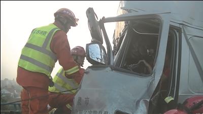 海安两辆大货车发生追尾 消防员救出被困司机