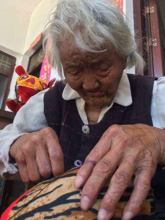 """网赚大全95岁励志婆婆做""""老虎枕""""卖挣钱为让脑瘫外孙娶上媳妇"""