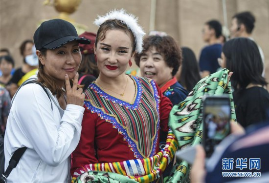 (社会)(8)新疆喀什:旅游旺季引客来