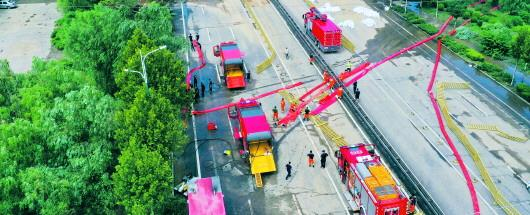 □记者 李剑桥 通讯员 董乃德 报道  受超强降雨影响,邹平市多处道路被淹。连日来,共有11个消防救援支队增援邹平。图为消防救援支队正在进行远程排水作业。