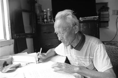 """扬州81岁老人写5万多字""""家风家训""""传给子女"""