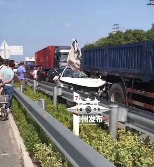 扬州328国道一轿车追尾大货车 司机受伤昏迷
