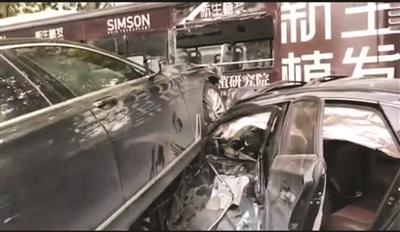 """南京一""""寶馬""""沖破護欄連撞兩車致多人受傷"""