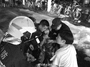 南京:一樓液化氣罐在燃燒消防沖上二樓救孩子
