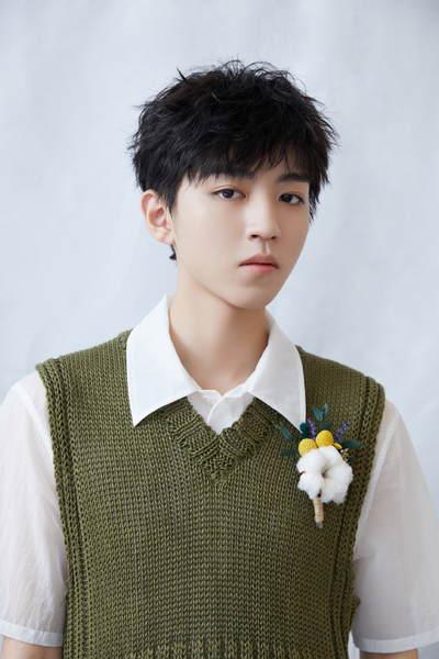 实力验证时尚是一个轮回!王俊凯穿绿色背心撞衫童年照