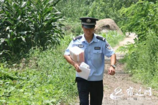 沭阳铁警开学前给铁路沿线留守儿童送去文具