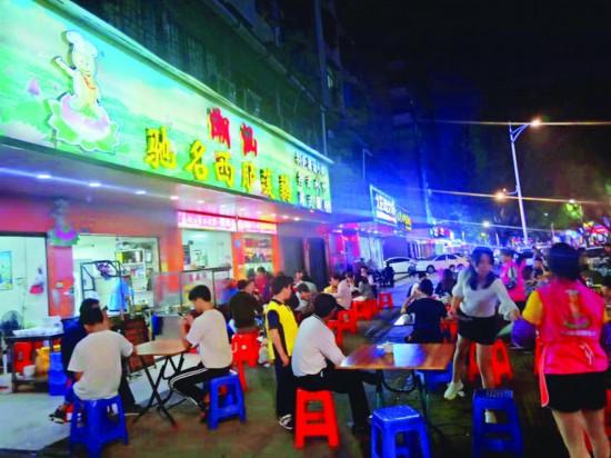 在惠州,市民夜间餐饮消费的热情越来越旺,惠城中心区麦岸路一带夜市繁荣。  惠州日报记者张艺明 摄