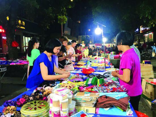市民在龙丰夜市选购商品。  惠州日报记者张艺明 摄