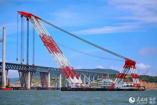 """中铁大桥局打造的""""大桥海鸥号""""自航双臂架变幅式起重船 丁波摄"""